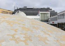 Хельсинки, Финлянди-сентябрь 9,2018: Белые куполы на Lasipalatsi придают квадратную форму на открытом пространстве Amos Rex стоковое изображение rf