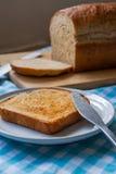 Хец и отрезанный хлеб на голубой ткани таблицы стоковое изображение rf