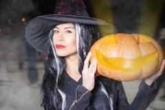 Хеллоуин! Азиатская ведьма пришла кататься на коньках Стоковые Фотографии RF