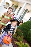 Хеллоуин: Идти получить больше конфеты на следующем доме Стоковые Фотографии RF