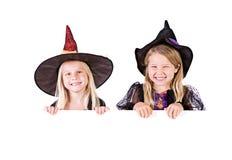 Хеллоуин: Милые ведьмы рассматривая белая карточка Стоковые Изображения RF