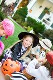Хеллоуин: Принимать пролом для того чтобы посмотреть конфету Стоковое Изображение RF