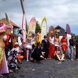 Хеллоуин, режим, серферы, занимаясь серфингом, костюм, люди, потеха, хобби, пляж, Бали, Индонезия Стоковые Фото