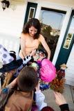 Хеллоуин: Дети принимая конфету хеллоуина Стоковая Фотография RF