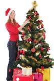 Хелпер Санта украшая рождественскую елку стоковое фото rf