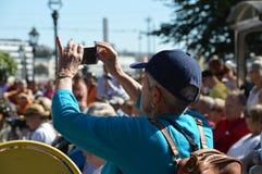Хельсинки, Финляндия: 22-ое августа 2015 - пожилая дама фотографируя с ее smartphone Стоковые Фото