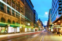 Хельсинки, Финляндия Трамвай уходит от стопа на улице Aleksanterinkatu в Хельсинки Стоковое Фото