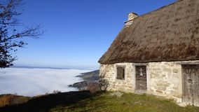 Хижина создателя сыра над облаками на supeyres des col, auvergne, Франция стоковое фото