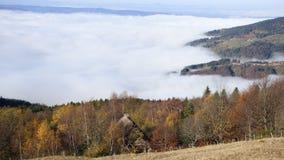 Хижина создателя сыра над облаками на supeyres des col, auvergne, Франция стоковые изображения