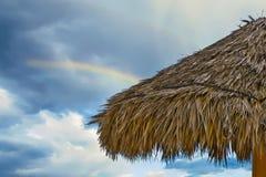 Хижина Tiki с радугой в небе стоковые изображения rf