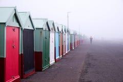 Хижины пляжа, утро пляжа Брайтона туманное стоковые изображения