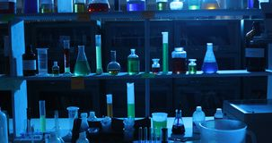 Химикаты в темной лаборатории сток-видео