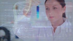 Химикаты ученого смешивая в пробирке видеоматериал