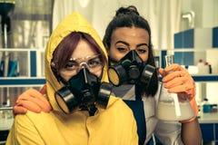 2 химика молодых женщин работая на научной лаборатории с лекарствами Стоковое Изображение