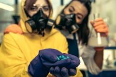 2 химика молодых женщин работая на научной лаборатории с лекарствами Стоковое Фото