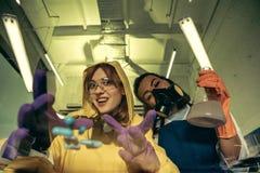 2 химика молодых женщин работая на научной лаборатории с лекарствами Стоковые Изображения