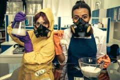 2 химика молодых женщин работая на научной лаборатории с лекарствами Стоковые Фотографии RF