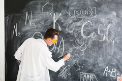 Химик пишет химическую формулу на классн классном Стоковая Фотография RF