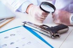 Химик полиции криминолога смотря доказательство злодеяния стоковые изображения