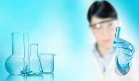Химик с стеклоизделием лаборатории стоковые изображения
