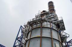 Химическая емкость и труба на smithchemical заводе стоковая фотография rf