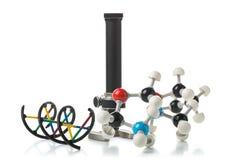 Химическая молекула и структура дна модель с старым микроскопом ov Стоковое Фото