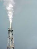Химическая фабрика загрязняя воздух, крупный план башни Стоковое Изображение RF