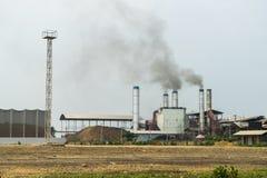 Химическая фабрика с стогом дыма Стоковые Изображения