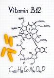 Химическая формула витамина B12 и желтых пилюлек Стоковое Фото