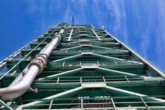 Химический завод в голубом небе Стоковые Фото