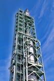 Химический завод в голубом небе Стоковые Изображения RF