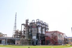 Химический завод для обрабатывать нефтепродуктов с столбцами выпрямления, реакторами, теплообменными аппаратами, трубами, насосам стоковые изображения