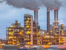 Химический завод на сумраке с светами и дымом Стоковая Фотография RF