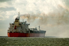 Химический топливозаправщик на своем пути к открытому морю Стоковое фото RF