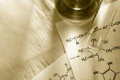 Химия с формулой реакции стоковые изображения