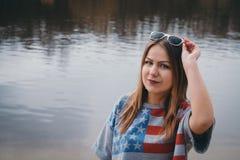 Хиппи девушки на речном береге представляя и усмехаясь Стоковое Фото