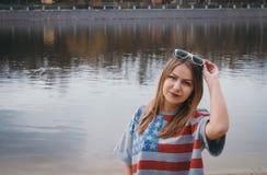 Хиппи девушки на речном береге представляя и усмехаясь Стоковое Изображение RF