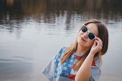 Хиппи девушки на речном береге представляя и усмехаясь Стоковое фото RF