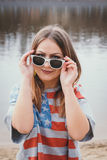 Хиппи девушки на речном береге представляя и усмехаясь Стоковая Фотография RF