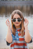 Хиппи девушки на речном береге представляя и усмехаясь Стоковая Фотография