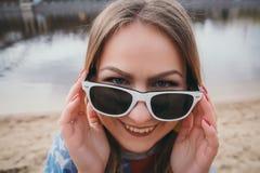 Хиппи девушки на речном береге представляя и усмехаясь Стоковые Изображения RF
