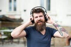 Хипстер человека бородатый с музыкой наушников слушая Хипстер наслаждается высококачественным звуком песни в наушниках Получите м стоковые изображения rf