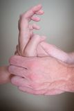 Хиропрактор делая руку Reflexology женскую терпеливую Стоковое Изображение RF