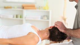 Хиропрактор протягивая шею женщины акции видеоматериалы