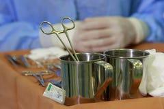Хирургическая струбцина в стальном опарнике Стоковая Фотография