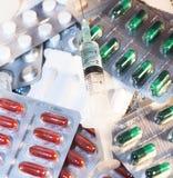 Хирургические инструменты, цифровой термометр, пробирка медицины, шприц 3 ml пластичный с иглами и таблетки лекарства дальше Стоковое фото RF