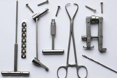 Хирургические плиты и винты для деятельности в traumatology стоковые изображения