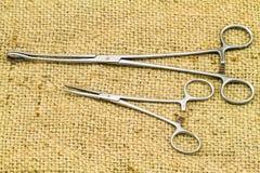 Хирургический инструмент (прямые hemostat, пинцеты губки) Стоковые Фото