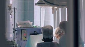 Хирурги завершая пластическую хирургию сток-видео