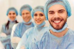 Хирурги команды на работе Стоковые Изображения